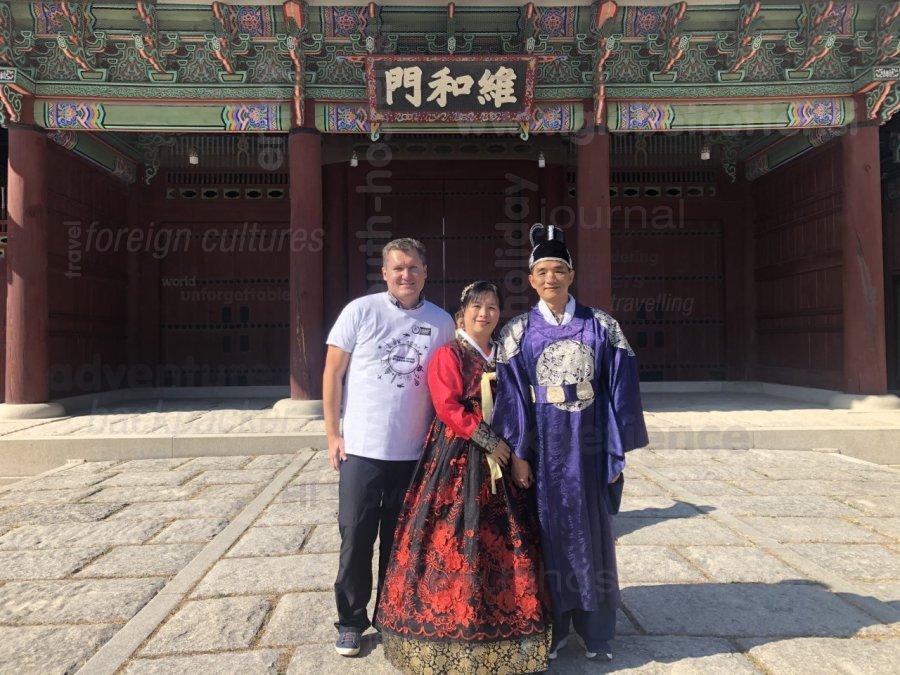 Hanbok, tradicionalno korejsko obačilo, in majčka Globetrotter, Miran Šinko