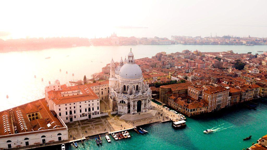Potovanje_v_Benetke_-_A_trip_to_Venice_-_Photo_by_canmandawe_on_Unsplash.jpg